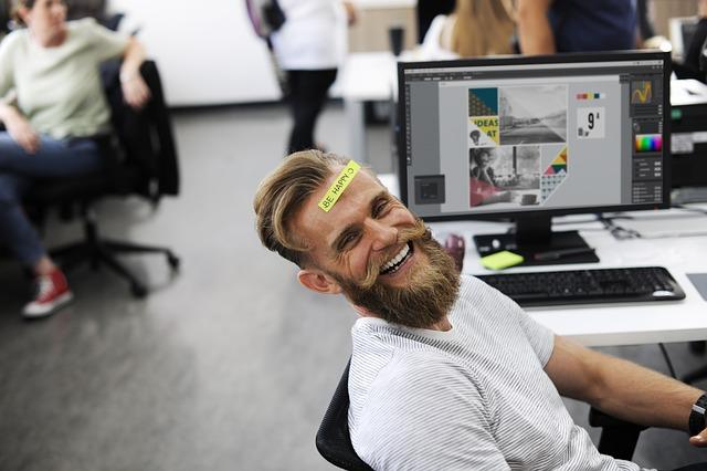 muž při přestávce v kanceláři.jpg