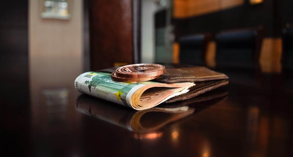 peníze na stole